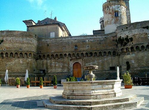 Cortile Castello Caldoresco