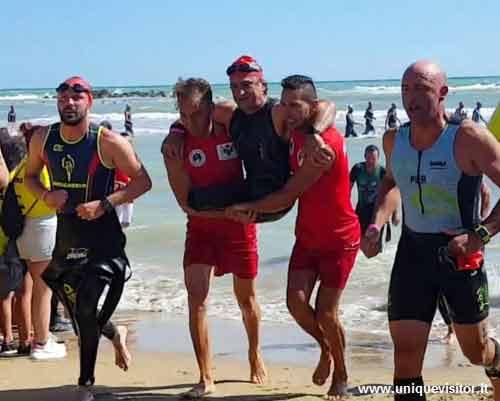 Alex Zanardi mentre esce dall'acqua dopo la prova di nuoto all'Ironman 70.3 di Pescara