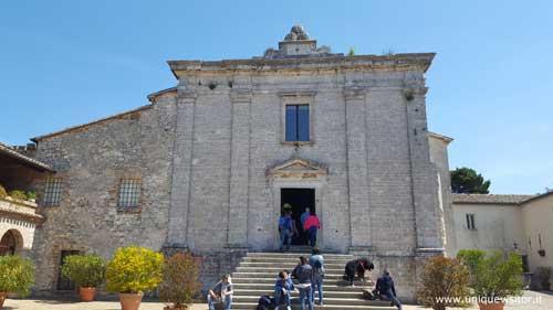 Foto frontale della chiesa di San Pietro