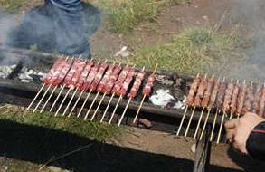 girare arrosticini in cottura