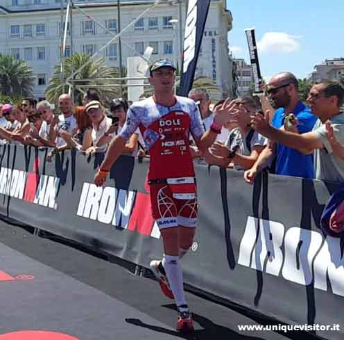 Foto di Cyril Viennot all'arrivo Ironman 70.3 di Pescara