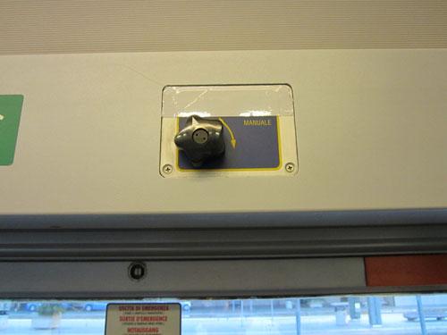 Foto da vicino della leva di sblocco porta treno