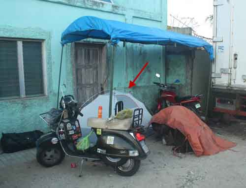 in tenda e vespa