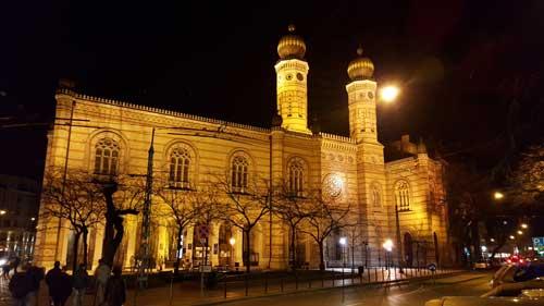 Foto sinagoga di notte