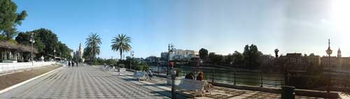 Foto panoramica lungofiume